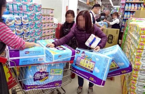 """台""""公平会""""对大润发重罚350万,不当行销掀卫生纸抢购乱象。(图片来源:台湾《中时电子报》)"""