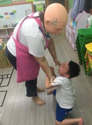 """台南市永康私立幼儿园年前陆续传出幼童受虐事件,幼儿受到惊吓的画面。(图片来源:台湾""""东森新闻云"""")"""