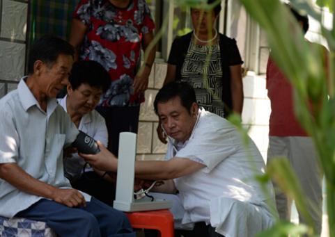 周松勃在为村民测量血压。图片来源:河北文明网