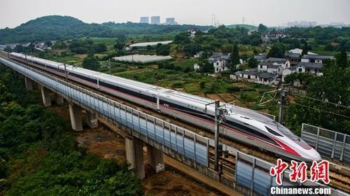 """资料图:""""复兴号""""动车行驶在京沪高铁江苏镇江段"""