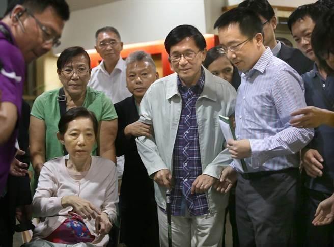 陈水扁(中)获准为儿子陈致中(前排右)站台。