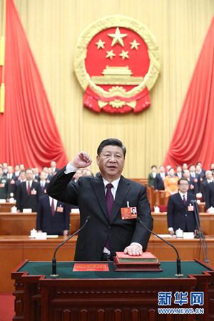 3月17日,十三届全国人大一次会议在北京人民大会堂举行第五次全体会议。习近平当选中华人民共和国主席、中华人民共和国中央军事委员会主席。这是习近平进行宪法宣誓。新华社记者 鞠鹏 摄
