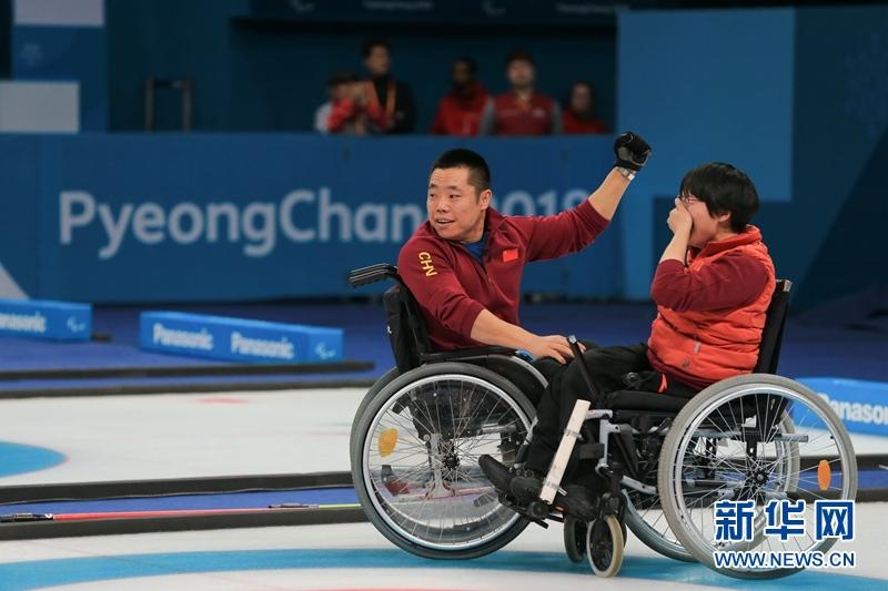 3月17日,中国队队员刘微(左)与王蒙在比赛后庆祝。新华社记者 王婧嫱 摄