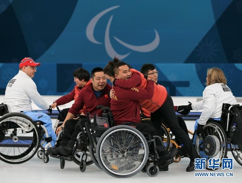 3月17日,中国队赛后庆祝。当日,2018平昌冬残奥会轮椅冰壶决赛在江陵冰壶中心举行,中国队以6比5战胜挪威队获得金牌,实现了中国代表团冬残奥会金牌零的突破。新华社记者 王婧嫱 摄