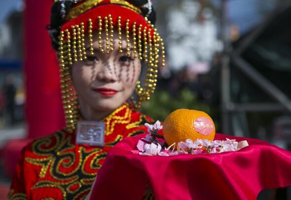 """工作人员在石棉县安顺场展示当地选出的黄果柑""""状元""""。"""