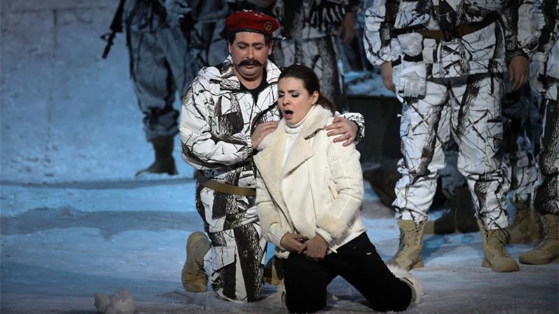 男高音歌唱家乔瓦尼·罗密欧(左)饰演苏尔皮斯,与女高音歌唱家萨比娜·普埃托拉斯饰演的玛丽父女情深