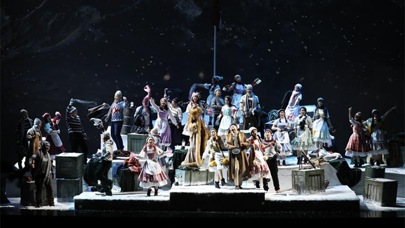 """第一幕 国家大剧院合唱团饰演的村民们唱起壮烈的合唱""""敌军即将到来"""""""