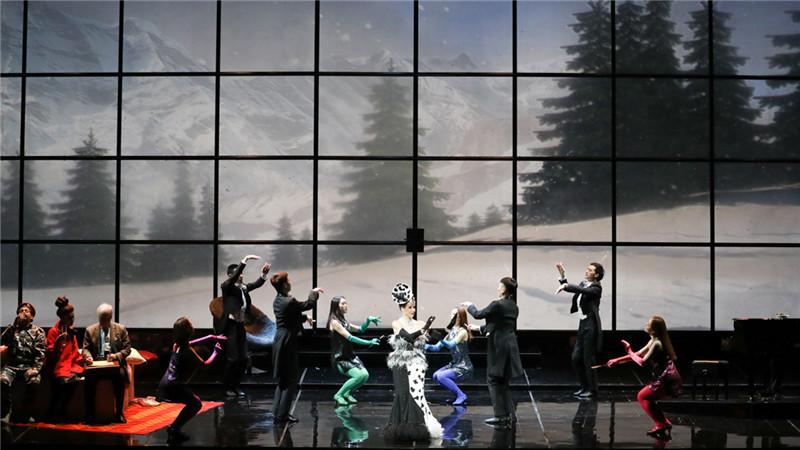 """第二幕 华丽的宫廷宴会中,身着""""斑点狗""""礼服的公爵夫人和宾客们优雅地展示着舞姿"""