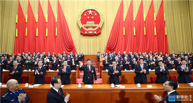 3月17日,十三届全国人大一次会议在北京人民大会堂举行第五次全体会议。习近平当选中华人民共和国主席、中华人民共和国中央军事委员会主席。