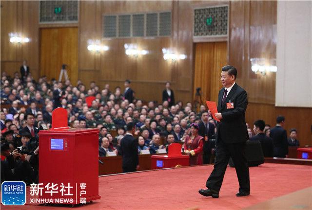 3月17日,十三届全国人大一次会议在北京人民大会堂举行第五次全体会议。习近平当选中华人民共和国主席、中华人民共和国中央军事委员会主席。这是习近平准备投票。