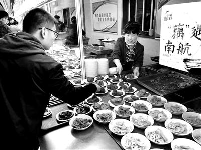 """藕农遇滞销 大学食堂摆出""""全藕宴"""""""