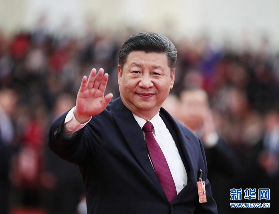 3月20日,第十三届全国人民代表大会第一次会议在北京人民大会堂闭幕。当日下午,习近平等党和国家领导人同出席十三届全国人大一次会议的全体代表合影留念。这是习近平向代表挥手致意。图片来自新华社