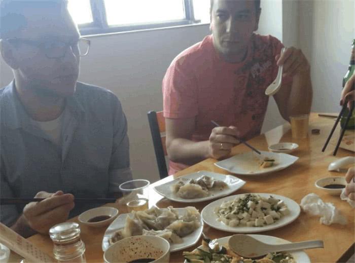 """老外热议""""你怎么吃中国水饺?""""外国人吃饺子的方法亮了"""