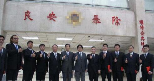 """台湾""""警政署刑事局""""23日举行""""斩手行动项目""""记者会。""""刑事局长""""蔡苍柏(左5)表示,从3月19日至22日执行第二波全台查缉车手""""斩手""""项目,4天逮捕418人。台湾内务部门负责人叶俊荣(右6)23日赴""""刑事局""""表扬有功警察。"""