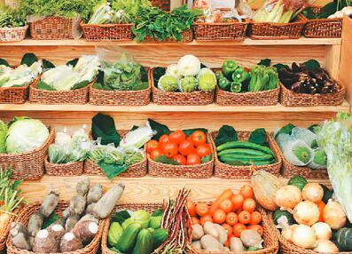 货架上的蔬菜水果,都来自小农的供应。