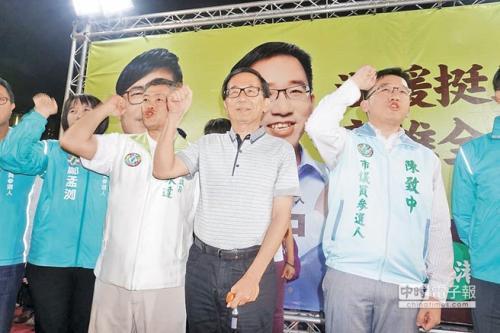 陈水扁(右二)不顾台中监狱四不原则,17日晚间上台替儿子陈致中(右一)助选。