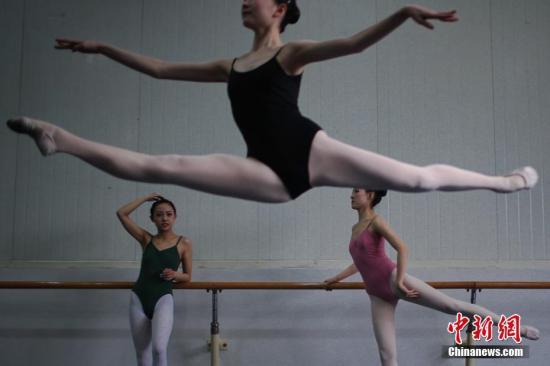 资料图:参加舞蹈专业的考生在备考