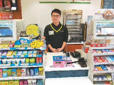 杨果在自己的上海全家便利店里。(图片来源:台湾顶新公益基金会)