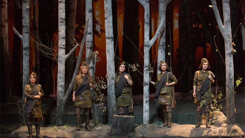 """""""五位女兵生命的礼赞,像白桦林那样永远枝叶繁茂,永远印刻在我们的脑海里。""""牛小北/摄"""
