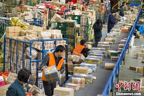 资料图:邮政工作人员分拣快递。中新社记者 张云 摄