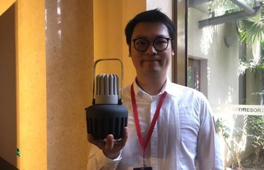 图为台湾设计者介绍产品
