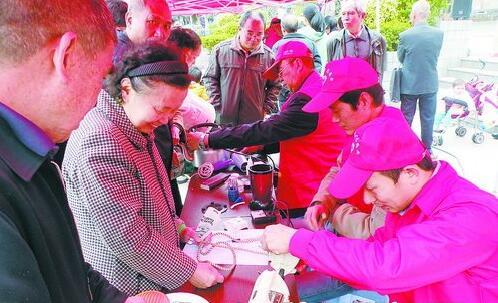 金尚社区组织志愿者为居民免费维修小家电。