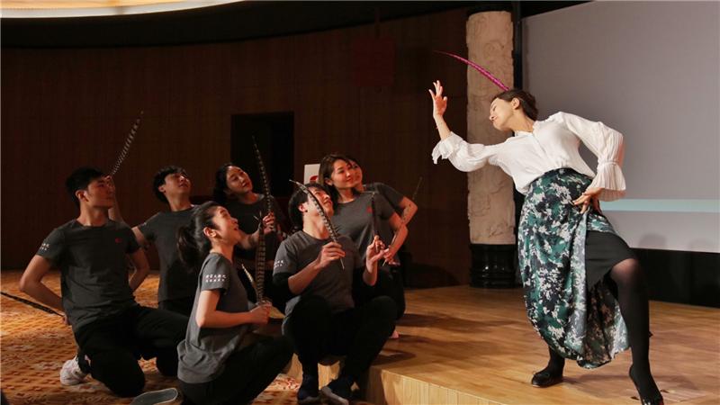 """国家大剧院戏剧演员队的演员们,现场演示""""鸟""""的各种形态肖一/摄"""