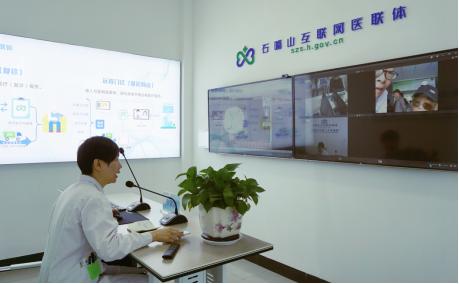 石嘴山二院呼吸内科副主任医师齐雁超正在为社区病人做远程复诊