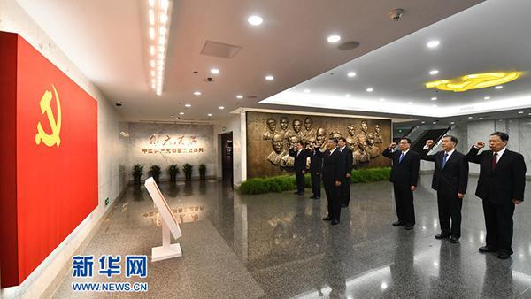 2017年10月31日,在上海中共一大会址留念馆,习近平带领中共中央政治局常委同志一同重温入党誓词。(图片来历:新华社)