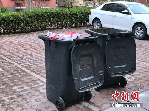 """有的小区垃圾桶都是""""清一色"""",并没有进行分类。"""