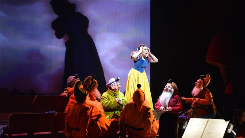 张心饰演白雪公主,在星光森林遇见了七个小矮人凌风/摄