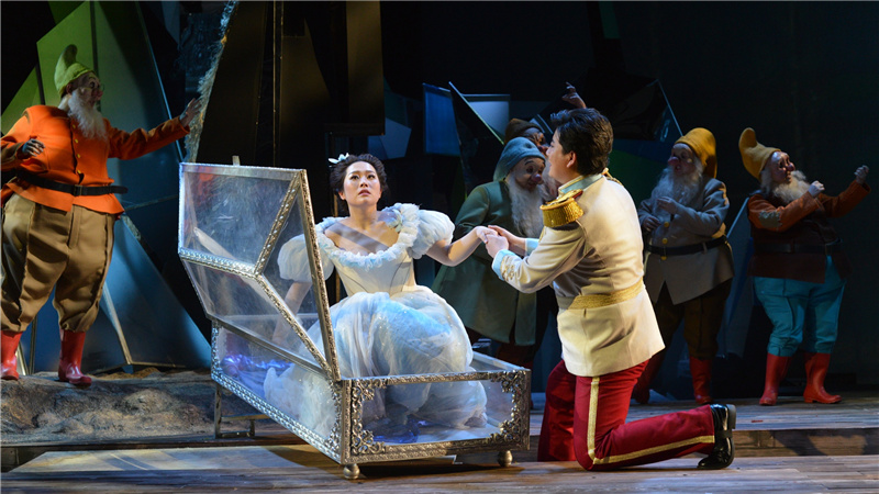 由王泽南饰演的王子用吻唤醒了白雪公主凌风/摄