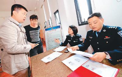 3月29日,西安市公安局高新分局高新路派出所户籍民警在户籍新政宣传活动上现场受理落户需求。