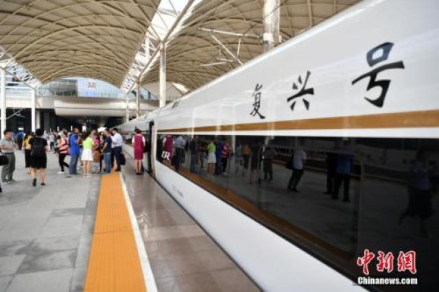 """↑资料图:2017年8月21日,北京西至石家庄的""""复兴号""""G9061列车缓缓驶入石家庄火车站。"""