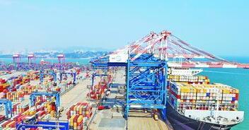 """厦门港集装箱业务积极发挥自身优势,打造国际一流营商环境,持续巩固厦门""""一带一路""""陆海枢纽城市的地位。图为嵩屿集装箱码头一艘集装箱轮正在进行装卸作业"""