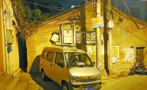在现场,涉案嫌疑面包车停在墙角