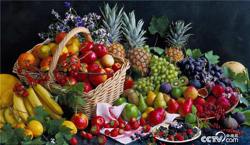 鲜美多汁,丰富美味的水果已经成熟,是那些喜爱甜食的动物的狂欢节.