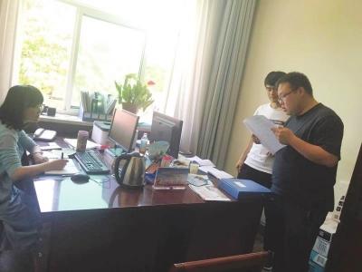 朱峻甫生前和同事一起讨论工作方案,资料照片