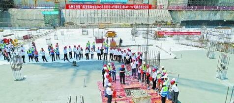 施工人员将最后一方混凝土浇入底板。(中建二局英蓝国际金融中心项目供图)