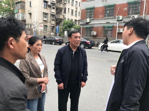 记者采访周继坤等人。李家林 摄影