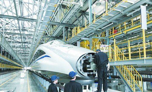 福厦高铁建成后,将会有更多的高铁动车服务厦门铁路枢纽。图为厦门北动车所,工作人员正在检修一辆高铁动车。