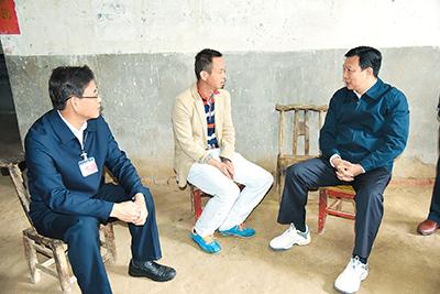 2016年10月14日,杨汉军(右)在武汉市新洲区调研精准扶贫和灾后重建工作。