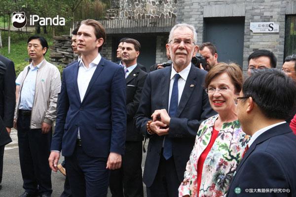 工作人员为奥地利总统、总理介绍iPanda直播摄像头