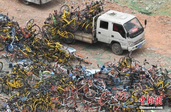 工作人员正在搬卸运来的共享单车。 中新社记者 张斌 摄