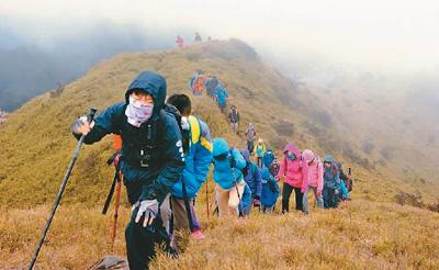 宜兰县礁溪乡玉田小学毕业生攀爬合欢山主峰。(图片来源于玉田小学)