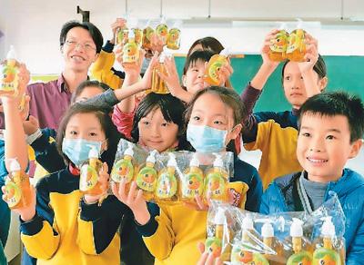 资料图:宜兰县顺安小学学生制作洗碗精贩卖,帮助班上弱势同学筹措旅费。(图片来源于台湾联合报系)
