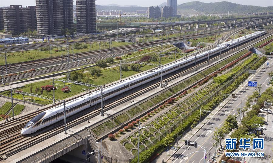 """4月9日,一列""""复兴号""""动车组列车行驶在京沪高铁南京市境内。国家统计局4月17日发布数据,初步核算,一季度国内生产总值198783亿元,按可比价格计算,同比增长6.8%。"""