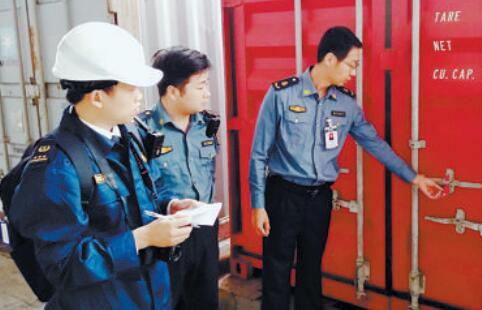 多部门联手开箱检查危险品。(厦门港航执法支队供图)