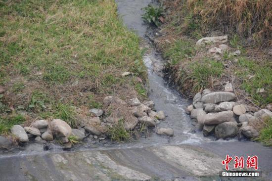 资料图:河滩上垃圾堆放。中新社发 图片来源:CNSPHOTO
