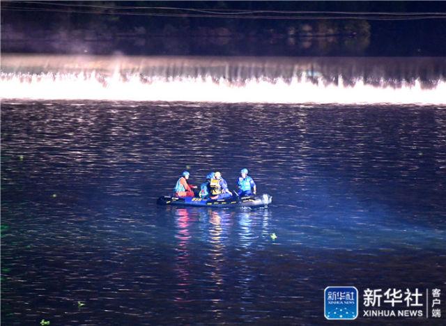 ↑4月21日,搜救人员在事发现场搜救。